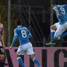Napoli superó a Palermo con el tanto de Higuain y no se baja de la pelea