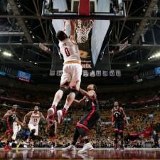 Cleveland aplastó a los Raptors y quedó a un paso de la final