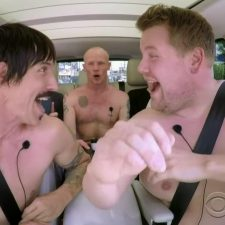 Los Red Hot Chili Peppers se animaron a cantar desnudos en un auto