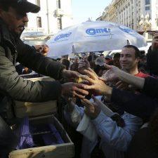 Productores regalan miles de kilos de frutas en Plaza de Mayo como protesta