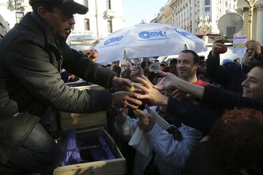 Productores regalan miles de kilos de frutas como protesta