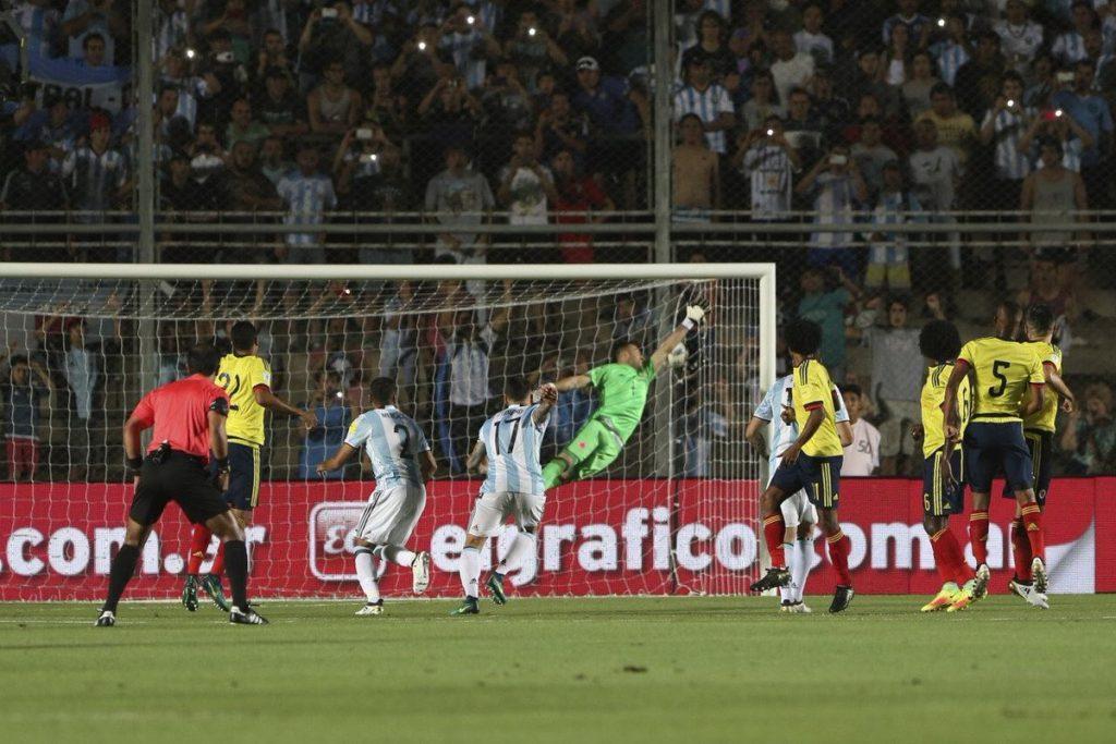 El zurdazo de Messi ya se metió en el arco colombiano para el 1-0 parcial