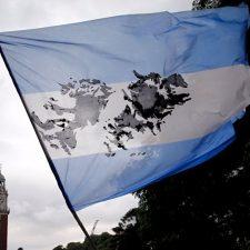 Argentina y Reino Unido acuerdan vuelos a Malvinas para identificación de soldados enterrados NN