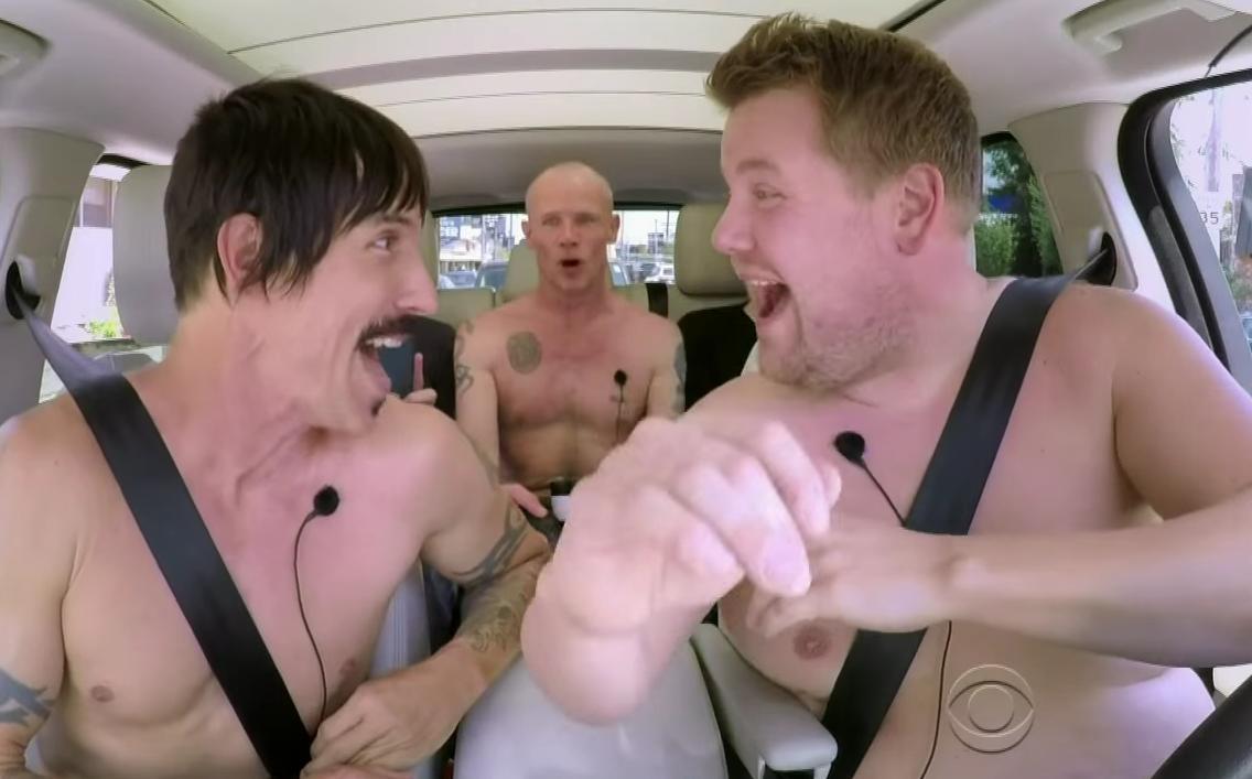 Los Red Hot Chili Peppers se animaron a cantar desnudos en un auto