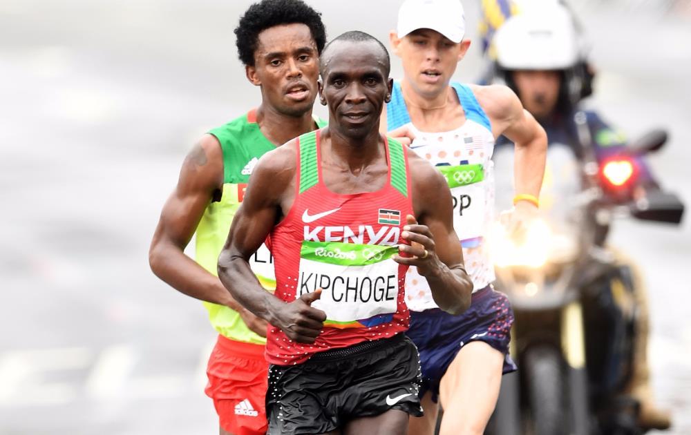 Eliud Kipchoge de Kenia se llevó el oro en la maratón