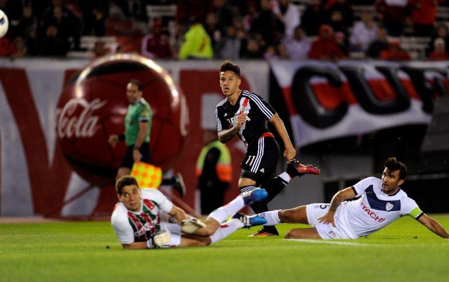 River se floreó ante Vélez en un polémico partido