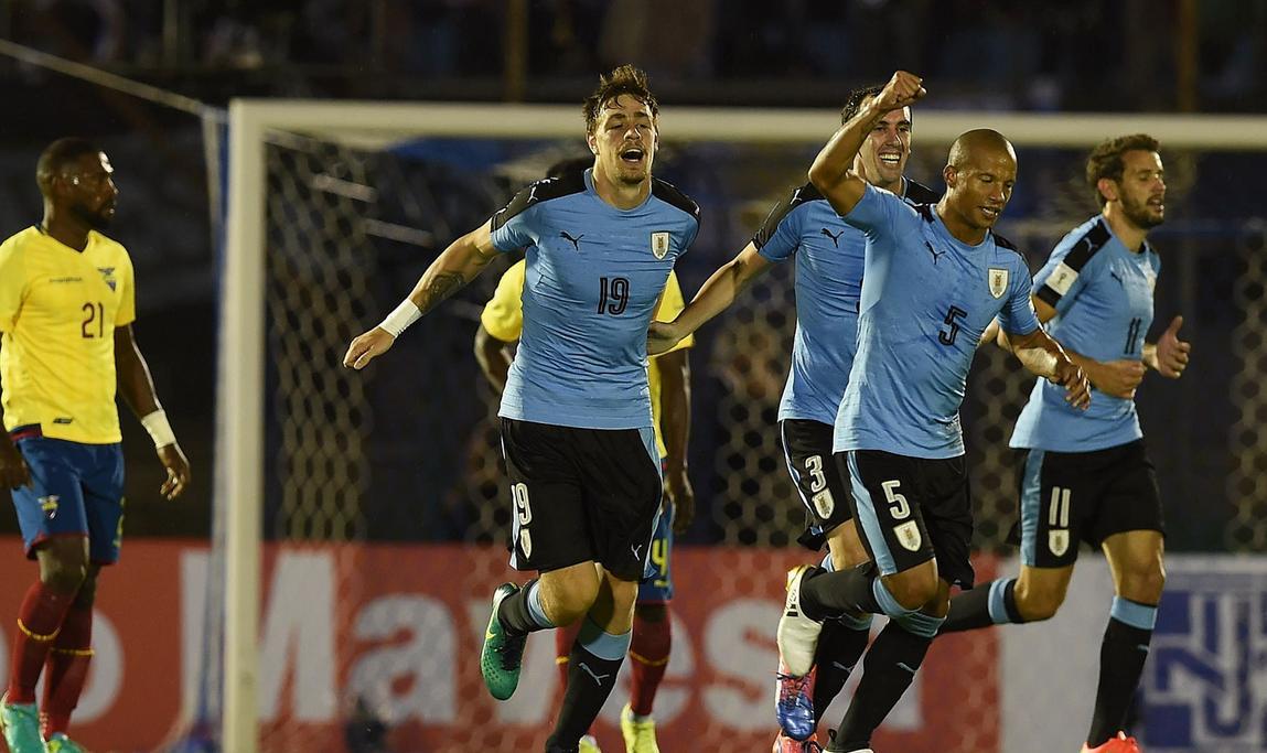 Uruguay derrotó a Ecuador y sigue prendido en la punta